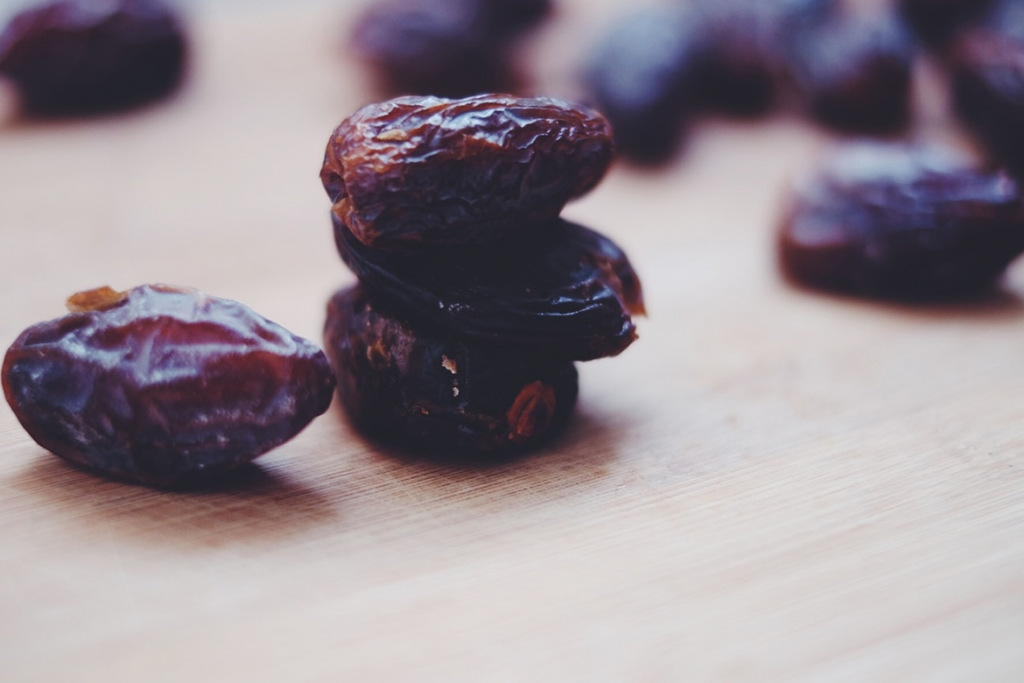 Dates asa binding ingredient