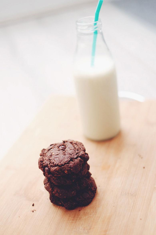 Vegan choc chip cookies with milk